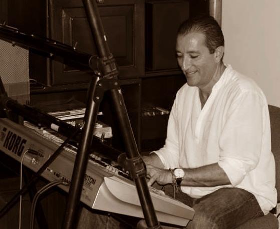 Lucho González tocando