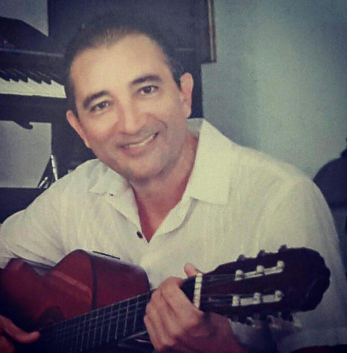 Lucho González con su guitarra
